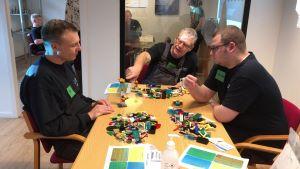 Medarbejdere laver lego